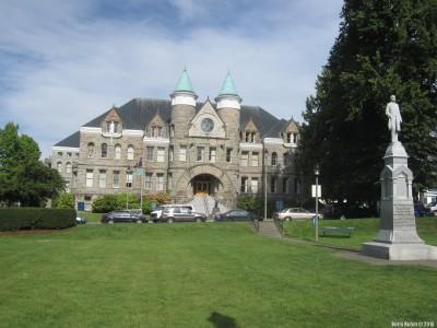 Здание старого Капитолия, перед которым стоит памятник губернатору Д.Роджерсу