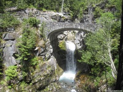 Водопад в раме из опор моста