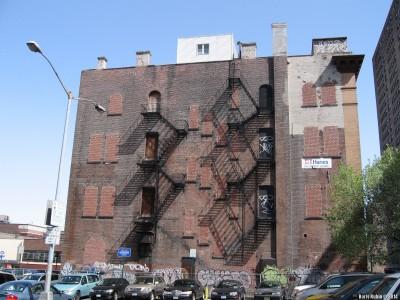 Ромбы на стене