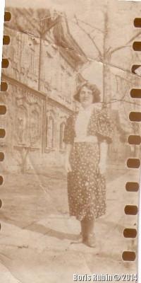 Моя тетя стоит на деревянном тротуаре около нашего дома. Конец 30-х годов.