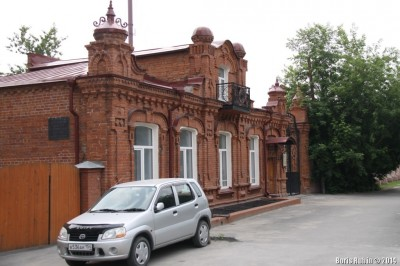 Кирпичный дом с мезонином