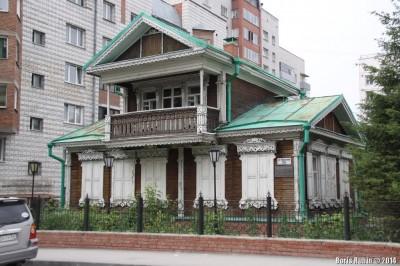 Деревянный дом с мезонином