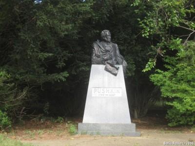 Памятник Пушкину при храме