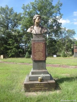 Памятник Владимиру Высоцкому там же