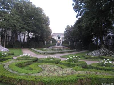 Памятник графам Эгмонту и Горну в глубине парка