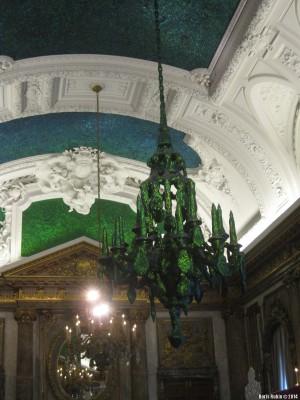 Люстра и часть потолка в Зеркальном зале Королевского дворца