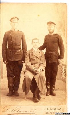 Снимок трех мужчин, сделанный в Радоме на территории Царства Польского в фотоателье Луиса Клебановского