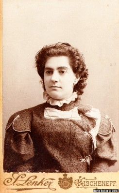 Молодая женщина. Снимок сделан в Кишеневе, в фотографии Семена Ленкера