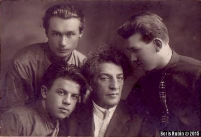 Выпускники Томского музыкального техникума 1931 года. В центре С.Я.Медлин, крайний справа - Л.Рубин