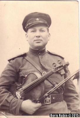 Леонид Аронович Рубин перед концертом в составе ансамбля 385 стрелковой дивизии. Деревня Запрудное Смоленской области, 10 ноября 1942 года