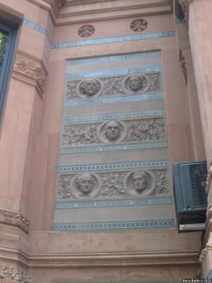 Терракотовые барельефы писателей на фасаде здания Клуба Искусств