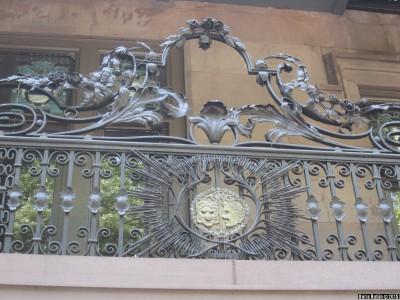 Кованая решетка с масками над входом