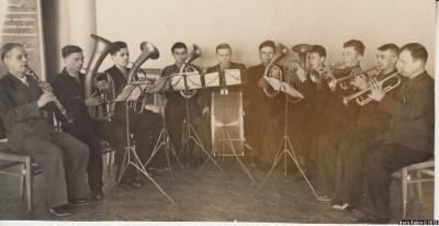 Духовой оркестр. В центре ударник И.Томашевский, 60-е годы