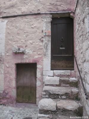Дверь со стоптанными ступеньками