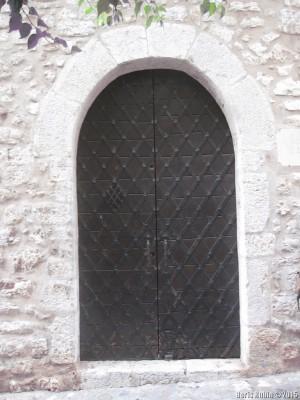 Дверь, оббитая как сундук