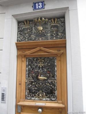 Дверь с литьем