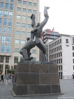 """Памятник """"Разрушенный город"""" Осипа Цадкина"""