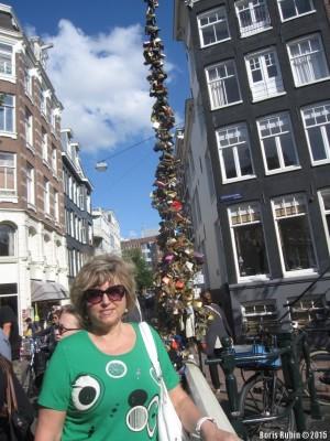 Гирлянды из замков на несущем тросе моста в Амстердаме