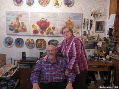Владимир и Веля на фоне триптиха