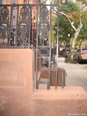 Скребок около входа в дом на Morton Street в Манхэттене