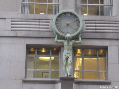 Атлас с часами над входом в магазин Tiffani & Co