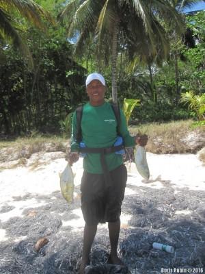 Удачливый рыбак с уловом хурелей