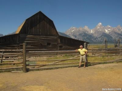Мормонский амбар на фоне горы Гранд Титон