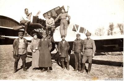 Летчики и механики около самолета фирмы Junkers