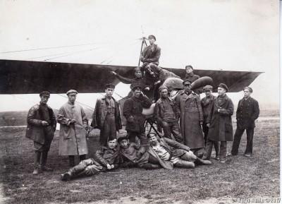С.А Сикорский со своими сослуживцами у самолета
