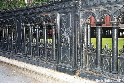 Ограда вокруг здания Монток клуба