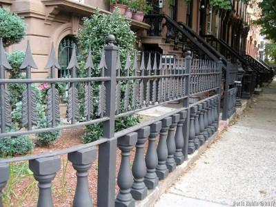 Ограда около браунстоуна