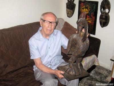 Михаил Звягин с фигурой птицы-носорога