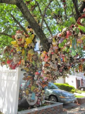 Дерево с игрушками