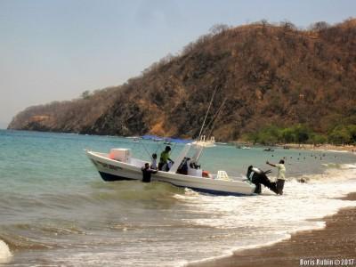 Выгрузка туристов из моторной лодки
