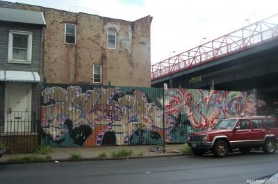 Граффити на железной загородке