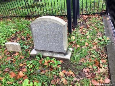 Камень на могиле супругов Кнут
