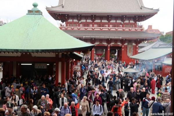 Толпа на территории храма