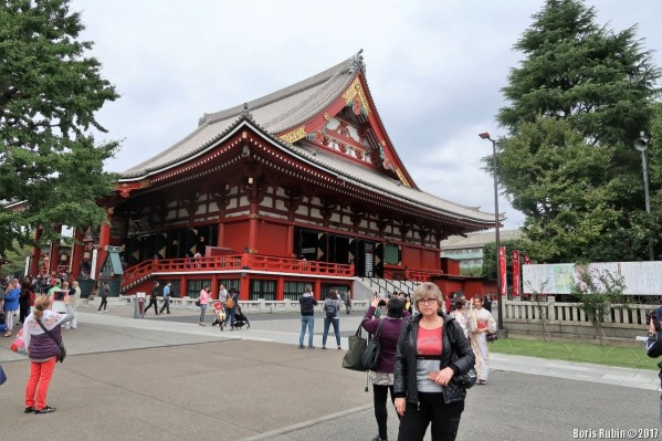 У храма