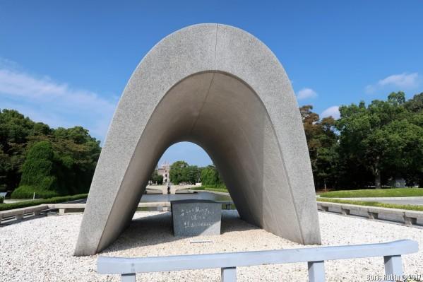 Саркофаг с именами погибших в результате атомной бомбардировки