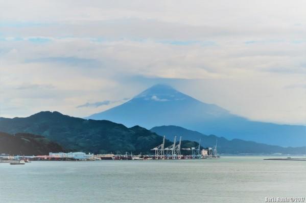 Вид на Фудзияму с борта корабля