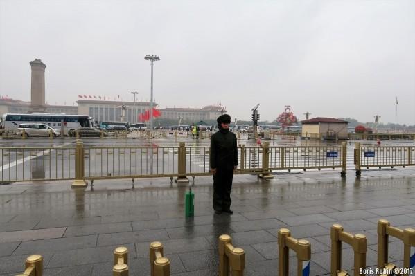 """Страж порядка с """"огнетушителем"""" у ноги на площади Тяньаньмэнь"""