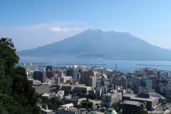 Вид на Кагосиму. На заднем плане - вулкан Сакурадзима