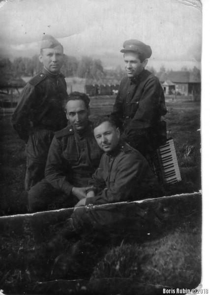 Мой отец (стоит в пилотке) со своими друзьями. Деревня Ухобичи,1943 год