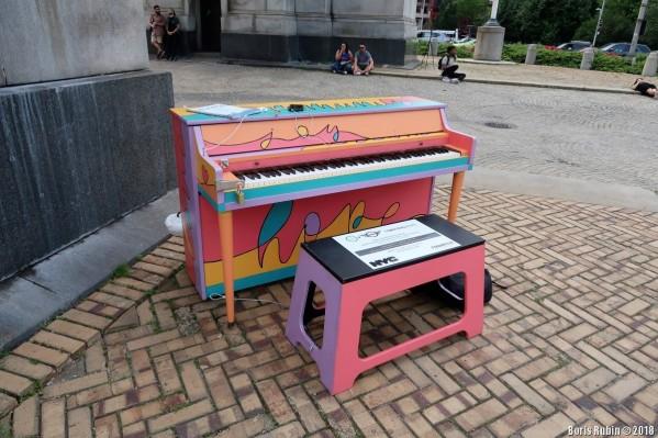 Пианино, расписанное Элисон Фрэйзер Диас