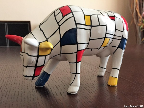 Статуэтка коровы, расписанная под Мондриана