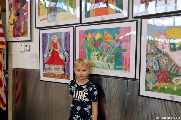 """Аарон Рубин около своей картины """"Тюльпаны в стеклянной вазе"""""""