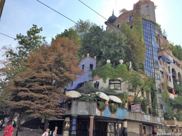 Боковой фасад дома Хундертвассера