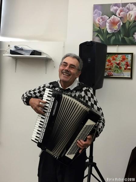Играет и поёт Иосиф Зерницкий