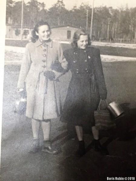 Вероника (справа) и её кузина идут с котелками на кухню по Гороховой улице