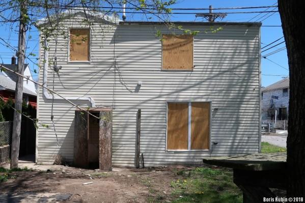 Подслеповатый дом на Bijou Avenue в Бруклине